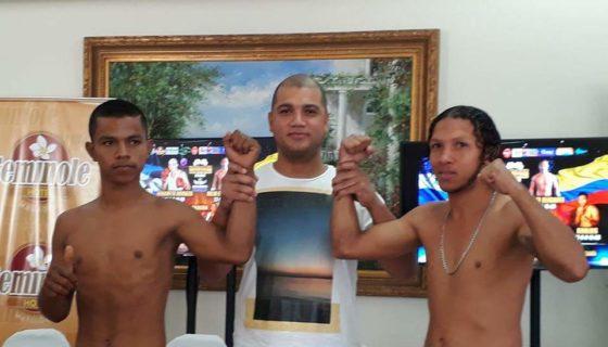 Helton Lara (izquierda) y su promotor Pablo Osuna (centro), en la promoción de uno de los combates recientes del chinandegano. Foto: Tomada del Facebook de Helton Lara