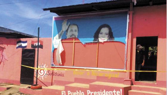 Un afiche con la foto de Daniel Ortega y Rosario Murillo fue dañado por los mismos simpatizantes del FSLN en Jalapa. LA PRENSA/CORTESÍA.