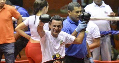 """Alexander """"Popeye"""" Mejía, cinturón Fedelatin de las 122 libras de la AMB en la cadera, celebró así su triunfo sobre Ramiro Blanco. Foto: Jader Flores/ LA PRENSA"""