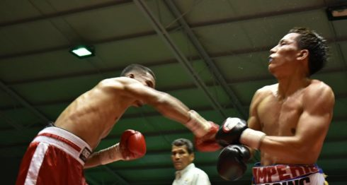 Marcio Soza conecta a Robin Zamora la noche del sábado en el gimnasio Nicarao, en Managua. Foto: Cortesía/ Pablo Fletes