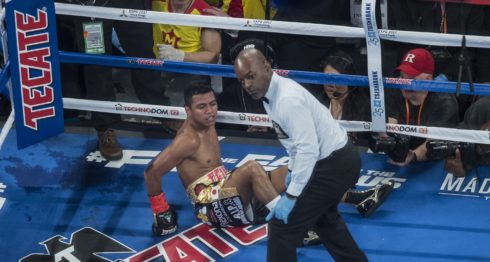 """Román """"Chocolatito"""" González, sentado en el ring, tras ser derribado por Srisaket Sor Rungvisai en marzo. Foto: Óscar Navarrete (enviado especial)/ LA PRENSA."""