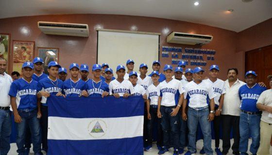 """La Selección Nacional Juvenil """"A"""" durante el acto de abanderamiento celebrado este martes en el Instituto Nicaragüense de Deportes. Foto: CARLOS VALLE/ LA PRENSA"""
