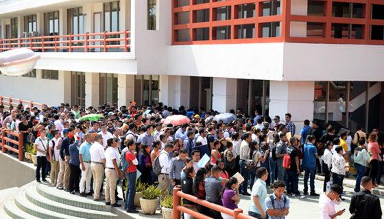 Jóvenes hacen filas durante ferias de empleo. FOTO/LA PRENSA/CARLOS VALLE.