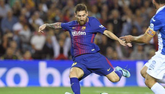 Lionel Messi marcó tres goles en el triunfo del Barcelona sobre el Espanyol, el derbi catalán. LA PRENSA/AFP/LLUIS GENE