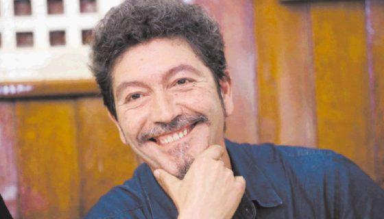 Pedro Antonio González Moreno galardonado con el premio Novela Café Gijón por su novela La mujer de la escalera. A PRENSA/ EFE