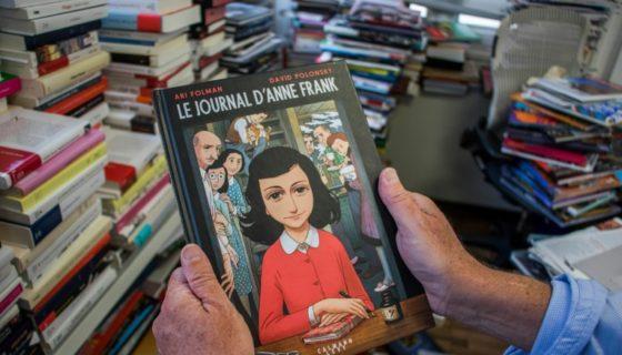Un ejemplar de la versión en cómic del Diario de Ana Frank, de Ari Folman y David Polonsky (París el 18 de septiembre de 2017). LA PRENSA/AFP/Stringer