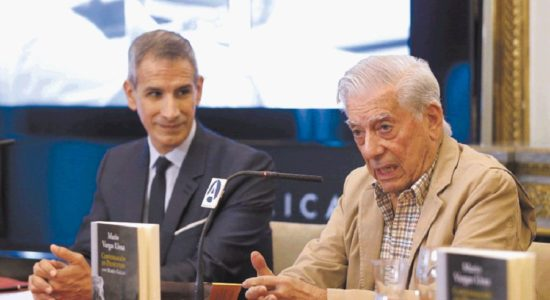 Mario Vargas Llosa y el profesor Rubén Gallo, durante la presentación en Casa América de Conversación en Princeton, una obra sobre literatura y política. LA PRENSA/ EFE/J.P.Gandul