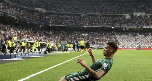 El delantero paraguayo del Real Betis Antonio Sanabria celebra su gol, único del partido, frente al Real Madrid. LA PRENSA/EFE/Javier López