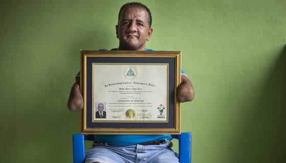 Pedro Pablo López Rizo nació sin pies y sin manos. Su sueño era convertirse en abogado y en el 2009 lo logró. LAPRENSA/ ÓSCAR NAVARRETE